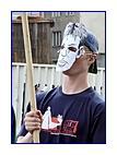 Demonstrant vmasce ministra vnitra - vtéto skupině populace asi nebude Stanislav Gross nejpopulárnějším politikem...