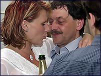 Z oslav volebního vítězství ČSSD v sekretariátu Petry Buzkové - šampaňské objetí